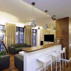 Salon został oddzielony od kuchni bardzo funkcjonalną wyspą, która może pełnić funkcję barku podczas spotkań z przyjaciółmi lub rodziną. Fot. Svoya studio.