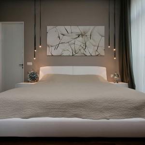 Sypialnia to miejsce odpoczynku, dlatego nie mogło w niej niej zabraknąć dużego, wygodnego łóżka. Fot. Svoya studio.