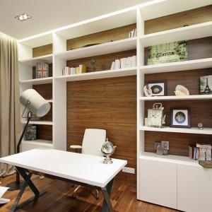 Za salonem stworzono mały gabinet, który kolorystycznie nie odbiega od reszty apartamentu. Fot. Svoya studio.