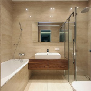 W mieszkaniu jest również oddzielna łazienka, w której bez problemu zmieściła się duża wanna oraz prysznic. Fot. Svoya studio.