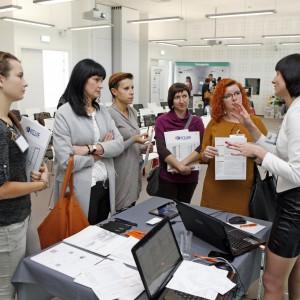 Anna Spalony, product manager CAD Projekt K&A opowiada architektom w czasie przerwy o programach komputerowych do projektowania wnętrz.