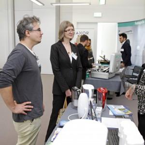 Radosław Zieniewicz, redaktor prowadzący portalu dla architektów Archicconect.pl, ogląda filtry na stoisku firmy Aquaphor.