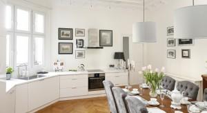Kuchnia połączona z jadalnią sprawdzi się zarówno w dużych przestrzeniach, jak i na niewielkich metrażach. Jak ją urządzić? Zainspiruj się propozycjami polskich projektantów!