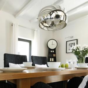 Dekoracyjnym akcentem nadającym wnętrzu nowoczesnego charakteru jest stalowa lampa wisząca w strefie jadalni. Fot. Bartosz Jarosz.