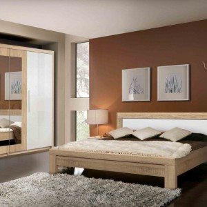 Zestaw mebli Julietta w kolorze Dąb Sonoma wykonany z płyty wiórowej wykończonej folią strukturalną, która idealnie oddaje rysunek drewna. Kolekcja wyróżnia się charakterystyczną, pogrubiającą listwą zastosowaną zarówno na ramie łóżka, jak i frontach szafy, które nadają meblom solidny wygląd. Fot. Meble Forte.