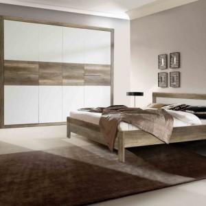 Meble do sypialni Roxette dostępne są w kolorze Dąb Antyczny, który idealnie odwzorowuje strukturę usłojenia drewna. Charakter kolekcji podkreślają pogrubione listwy boczne zastosowane w łóżku i szafie ubraniowej. Fot. Forte.