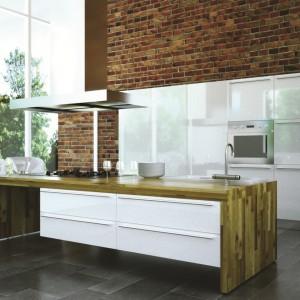 Kuchnia w surowej estetyce loftowej. Ściana z okładziny imitującej cegłę eksponuje swoją matową, surową powierzchnią zlokalizowane na niej białe meble na połysk. Z cegłą i jej imitacjami pięknie komponuje się drewno i metalowe akcenty. Fot. Bruk-Bet, płytki dekoracyjne Klinkieryt.