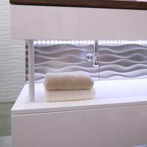 Motyw fal na płytkach wspaniale pasował do całej aranżacji nowoczesnego mieszkania dwojga młodych ludzi. Ponadto apartamentowiec mieści się w Gdyni, co dodatkowo podkreśla symbolika fal. Fot. Bartosz Jarosz.