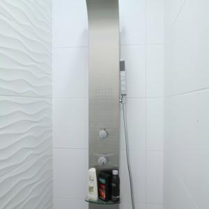 Panel prysznicowy umieszczono we wnęce za przepierzeniem, rezygnując ze standardowej kabiny z brodzikiem. Fot. Bartosz Jarosz.