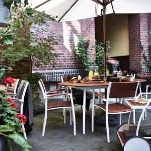 Jesienią i zimą należy zadbać o właściwe przechowywanie mebli ogrodowych. Fot. Ikea.