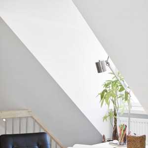 Wnęka okna dachowego posłużyła za punkt odniesienia, wyznaczający miejsce lokalizacji biurka. Fot. Stadshem.
