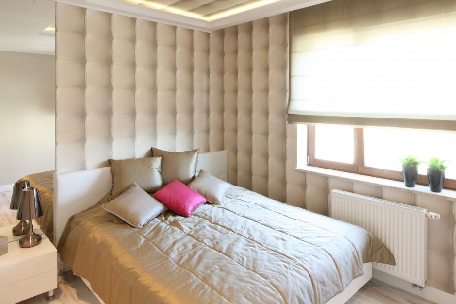 Sypialnia została urządzona bardzo przytulnie. Jasne beże na ścianach doskonale dobrze komponują się z jasnymi, prostymi formami mebli. Projekt: Karolina Łuczyńska. Fot. Bartosz Jarosz.