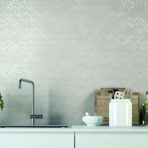 Kamienne płytki w nowoczesnym, minimalistycznym wydaniu. Delikatnie połyskujący w świetle dekor ożywia szarą, stonowaną powierzchnię. Fot. Cerdomus, kolekcja Kitchen/Contempora.