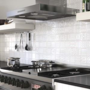 Ścianę nad blatem wykończono płytkami w białym kolorze. Elementem dekoracyjnym jest tutaj ich nietuzinkowa faktura. Geometryczne trójwymiarowe wzory wytłoczone w poszczególnych płytkach stanowią efektowny i elegancki akcent dekoracyjny. Fot. Argenta, kolekcja Matrix.