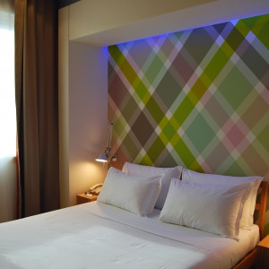 Tapetę z wyraźnym wzorem umieszczono w podświetlanej wnęce za wezgłowiem. Fot. Art of Wall.