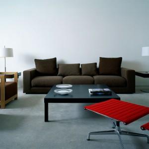 Jasne, szare ściany doskonale wtapiają się w ciepłą aranżację salonu. Fot. Para Paints.