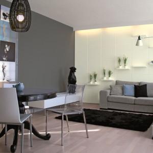 Szary w ciemnym odcieniu doskonale sprawdzi się tylko na jednej ścianie w salonie. Skontrastowany z bielą prezentuje się naprawdę rewelacyjnie. Farba z oferty marki Tikkurila.
