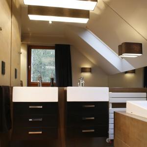 W projekcie tej niezwykle klimatycznej łazienki wykorzystani elementy różnych stylów, m.in. glamour. O jego urodzie decydują przede wszystkim efektowne materiały i kolory.  Projekt: Monika i Adam Bronikowcy. Fot. Bartosz Jarosz.