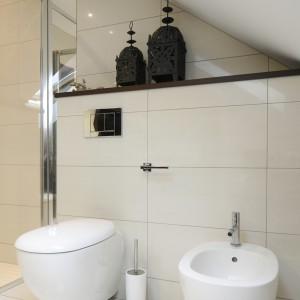W najniższym miejscu  łazienki zapanowano sanitariaty. Pomimo niewielkiej wysokości łazienki  w tym miejscu można z nich wygodnie korzystać.  Projekt: Magdalena Wielgus-Biały. Fot. Bartosz Jarosz.