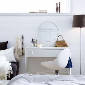 Toaletka dedykowana do nowoczesnych wnętrz. Prosta forma mebla w połączeniu z okrągłym lustrem tworzy zgrany duet. Na zdjęciu: toaletka Malm. Fot. IKEA.