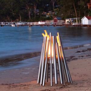 Biokominek Stix formą nawiązuje do tradycyjnego paleniska. Fot. Eco Smart Fires.