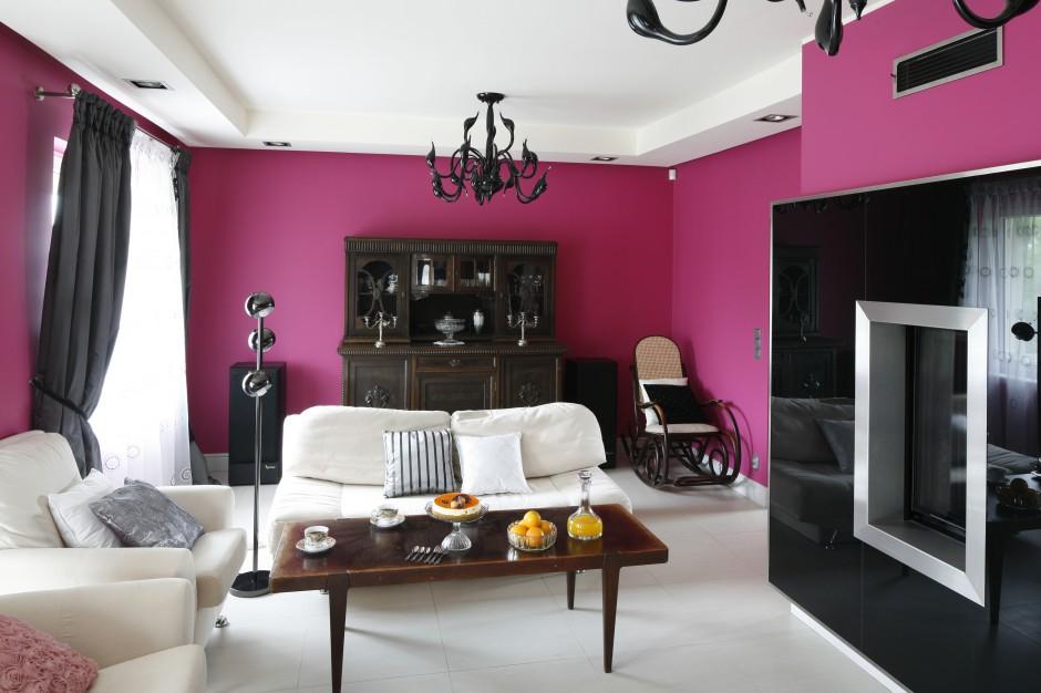 Salon mimo zastosowania elementów w czarnym kolorze jest ciepły i przytulny, a dzięki kontrastowym zestawieniom barw również dynamiczny. Fot. Bartosz Jarosz.