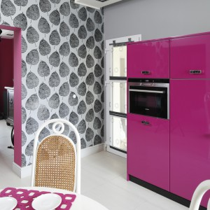 Kuchnia ma charakter otwarty. Znajduje się tuż przy salonie. Obie strefy dzieli i łączy niewielki korytarz. Fot. Bartosz Jarosz.