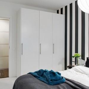W sypialni wydzielono miejsce na pojemną szafę z białymi, matowymi frontami. Fot. Alvhem Mäkler.