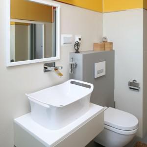 Ponieważ jest to druga łazienka w domu, a przy tym, zlokalizowana w bliskim sąsiedztwie sypialni właścicieli nie były potrzebne głębokie, pojemne szafki. Wystarczyła jedna szafla pod umywalką. Fot. Bartosz Jarosz.