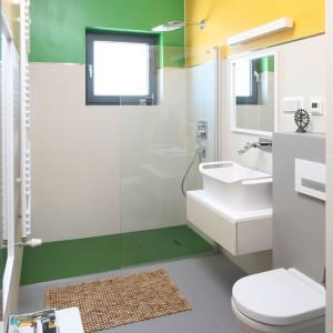 Nowoczesny charakter wnętrza podkreśla zastosowana kolorystyka w przewadze bieli i szarości, ożywiona delikatnym dodatkiem zieleni, pomarańczy i żółci. Fot. Bartosz Jarosz.