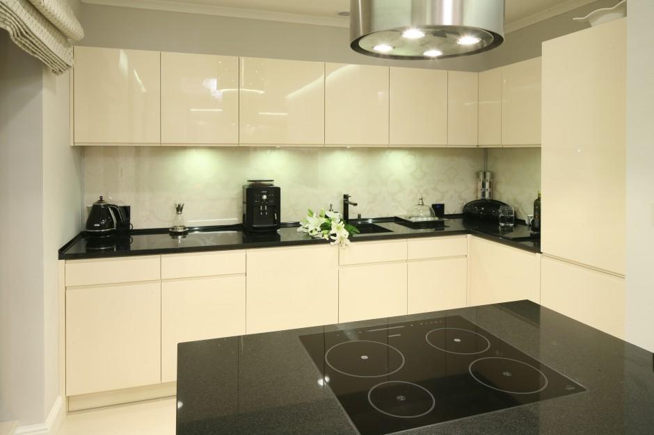W kuchni dominują Ściana w kuchni  co nad blatem? Pomysły architektów  -> Kremowa Kuchnia Z Ciemnym Blatem