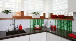 To, jakim materiałem wykończymy ścianę nad blatem w kuchni w znacznym stopniu może zadecydować o charakterze całego pomieszczenia. Zobaczcie, na co decydowali się architekci.