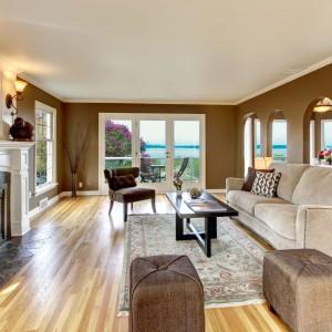Stylowy salon urządzono w jasnych beżach i ciepłych brązach. Całość aranżacji podkreślają ściany w złocistym odcieniu brązu. Fot. Para Paints.