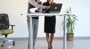 We współczesnych biurach panuje moda na minimalizm, dominuje jasna kolorystyka, otwarta przestrzeń, ukryte szafki. Coraz częściej wykorzystuje się także najnowsze rozwiązania technologiczne, takie jak regulacja oświetlenia, czy biurka z regulacj�
