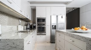 Kamień naturalny świetnie sprawdzi się zarówno na elewacji, jak również jako obudowa kominka, wykończenie podłogi czy kuchennych blatów. Jest trwały, odporny na zrysowania i pięknie się prezentuje.