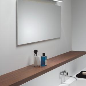 Proste, ciekawe oświetlenie lustra w łazience. Fot. Aurora Technika Świetlna.