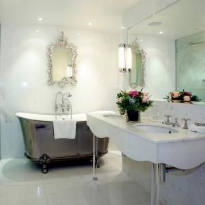 Oświetlenie łazienki jest niezwykle ważne. Warto zadbać o stronę praktyczną, ale i estetyczną. Fot. Aurora Technika Świetlna.