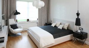 Aranżacja okna powinna nawiązywać do stylu panującego w sypialni. Zobaczcie wnętrza, których właściciele zdecydowali się nie ciekawe i piękne zasłony.