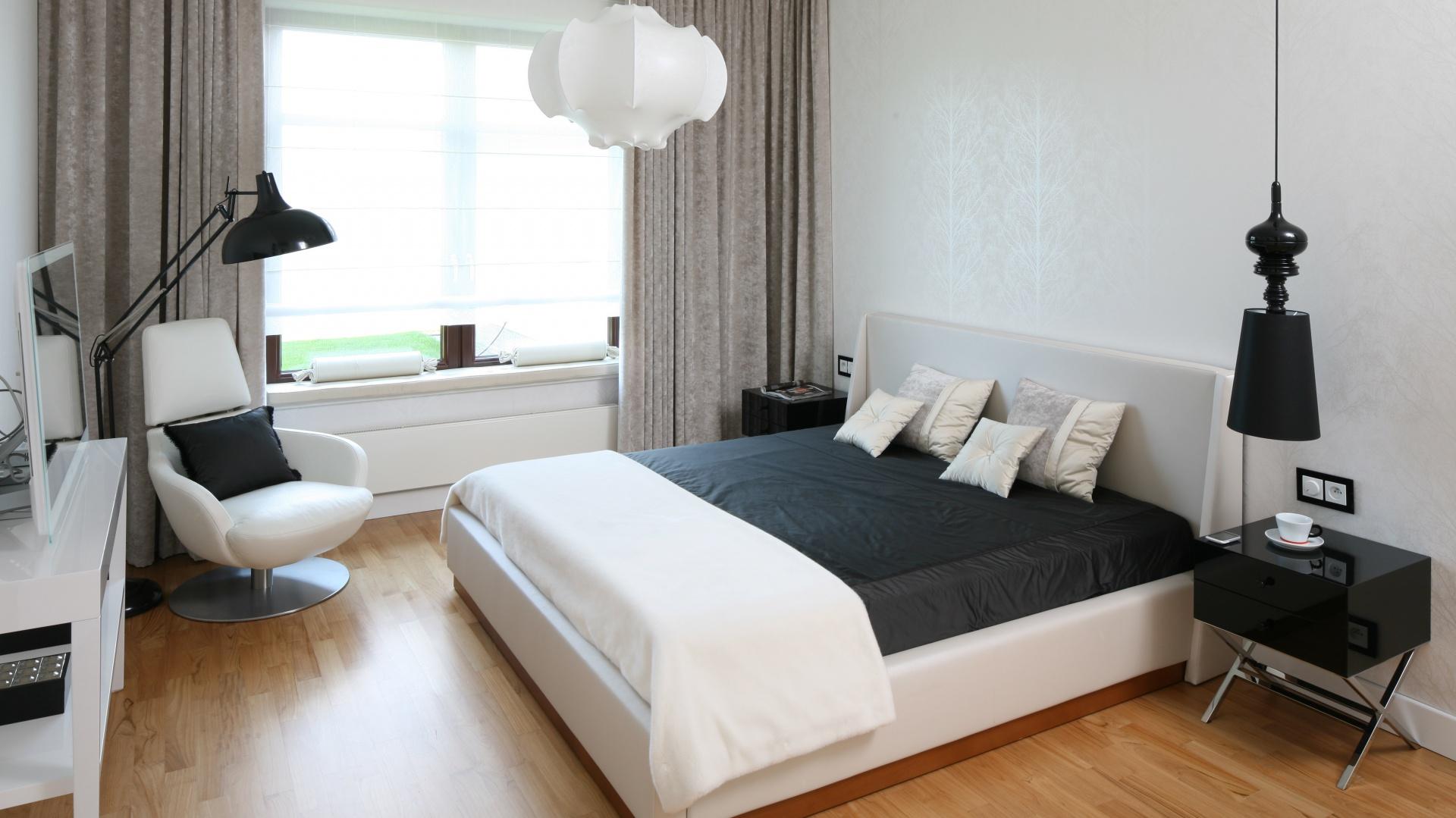 Zasłony wykonane z grubego materiału zaciemniają pokój i zapewniają prywatność. Projekt: Katarzyna Koszałka. Fot. Bartosz Jarosz.
