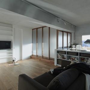Przestrzeń, w której zlokalizowano wannę można zasłonić z dwóch stron ściankami przesuwnymi pokrytymi matowym mlecznym szkłem. Zapewniają one intymność i chronią resztę pomieszczenia przed zawilgoceniem. Fot. Koichi Torimura.