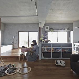 Podłoga strefy, w której usytuowano wannę jest o 10 cm wyższa od reszty pomieszczenia. Może posłużyć za praktyczny podest, na którym można usiąść i odpocząć lub spędzić czas z dziećmi. Fot. Koichi Torimura.