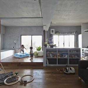 40-metrowe niewielkie mieszkanie przeobraziło się w dużą przestrzeń, w której najmłodsi domownicy mają do dyspozycji masę przestrzeni do beztroskich zabaw. Fot. Koichi Torimura.
