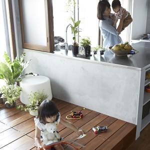 W przestrzeni pozbawionej ścianek działowych, bawiące się dzieci pozostają pod stałym czujnym okiem rodziców. Fot. Koichi Torimura.
