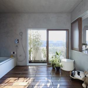 Wielkowymiarowe przesuwne przeszklenia w strefie z wanną prowadzą na balkon. Fot. Koichi Torimura.