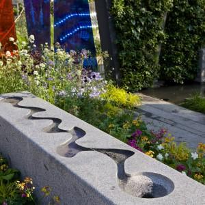 Kontrastujące powierzchnie tworzą nowoczesną, odważną kompozycję. Proj. LDC Design. Fot. RHS Chelsea Flower Show.