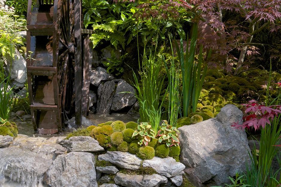 Połączenie naturalnych materiałów, różnych struktur, faktur i kolorów w odpowiednich proporcjach tworzy wyjątkową kompozycję. Proj. Kazuyuki Ishihara. Fot. RHS Chelsea Flower Show.