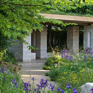 Połączenie naturalnych materiałów: drewna, kamienia oraz wody tworzy spójną kompozycję. Proj. Adam Frost. Fot. RHS Chelsea Flower Show.