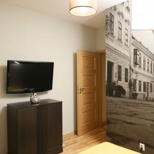 Prosta forma oświetlenia sufitowego nawiązuje do oszczędnego wystroju sypialni. Projekt: Iza Szewc. Fot. Bartosz Jarosz.