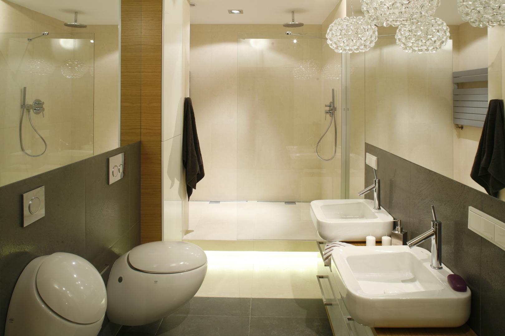 Łazienka przeznaczona dla pani i pana domu została wyposażona w dwa sanitariaty: sedes i pisuar, a także dwie umywalki aby każdy  z użytkowników mógł korzystać z łazienki swobodnie i komfortowo. Projekt: Monika i Adam Bronikowscy. Fot. Jarosz Jarosz