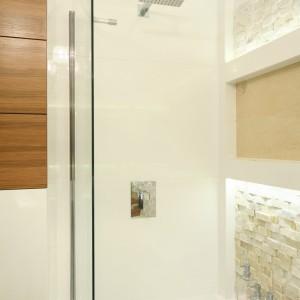 W łazience dla czteroosobowej rodziny zastosowano rozwiązania, które godzą różne potrzeby. Parawan nawannowy oraz deszczownica umożliwiają kąpiel jak wkabinie prysznicowej. Fot. Bartosz Jarosz.